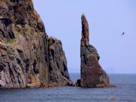 Скалы у побережья Охотского моря около поселка Чумикан