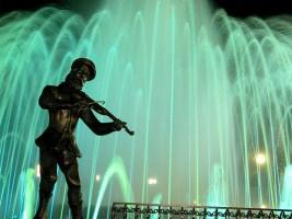 Памятник скрипачу на Театральной площади в Биробиджане