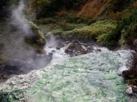 Кипящая река около геотермальной станции на о. Итуруп